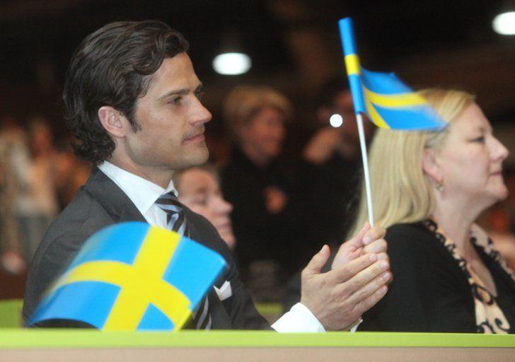 Pin for Later: Die heißesten Fotos von Prinz Carl Philip von Schweden  Patriotisch gab sich Carl Philip im Jahr 2012, als er die schwedische Fahne schwang.