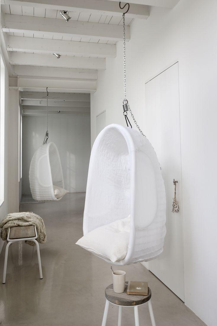 Witte linnen hangstoel | White linen hanging chair | Photographer Anna de Leeuw | Styling Marianne Luning | vtwonen April 2014