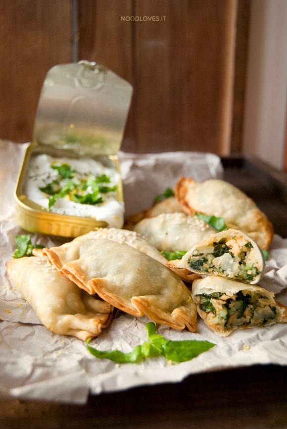 Finger food saporito e sfizioso, ottimo per le feste! Empanadas con ragù di salmone, patate e bietole piccanti; servite con yogurt greco fresco e profumato!