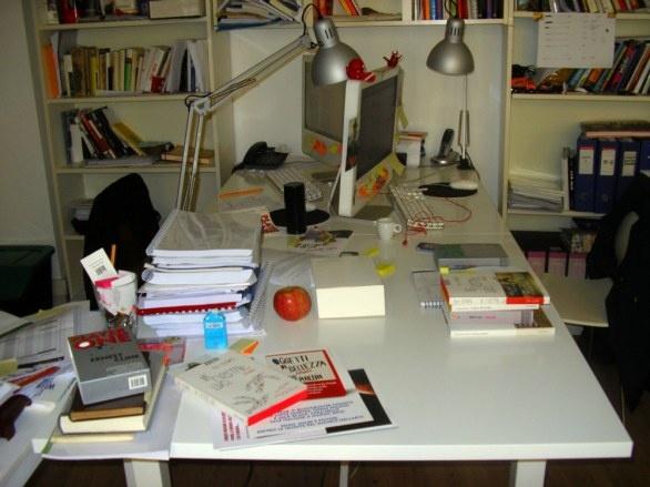 La scrivania della redazione (quasi in ordine)