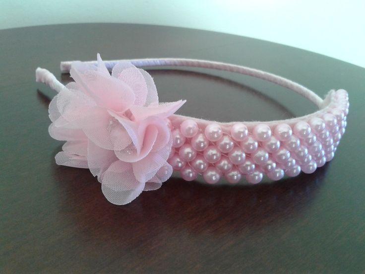 Tiara de pérolas com laço ou flores. No Arquinho de metal coberto com fita de…