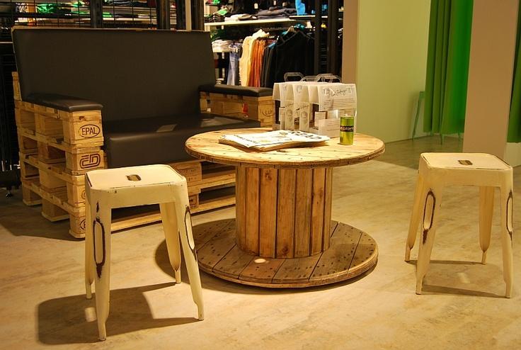 holz kabeltrommel tisch als ladeneinrichtung mit couch aus paletten holz kabeltrommel tisch. Black Bedroom Furniture Sets. Home Design Ideas
