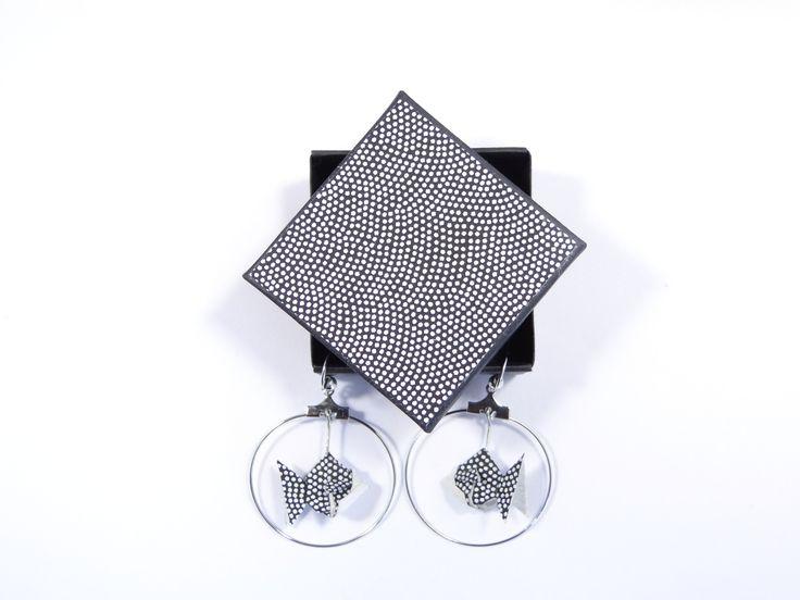 Bijou origami boucles d'oreille poissons en papier japonais washi noir/blanc et créoles argentées : Boucles d'oreille par phacelie