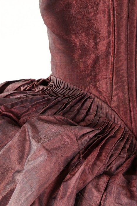 Detail, robe à la polonaise, late 1770s. Shot mauve/grey silk taffeta, with boned, low pointed back panels, internal skirt loops, sleeves with double tiered embroidered muslin engeants, linen lining.