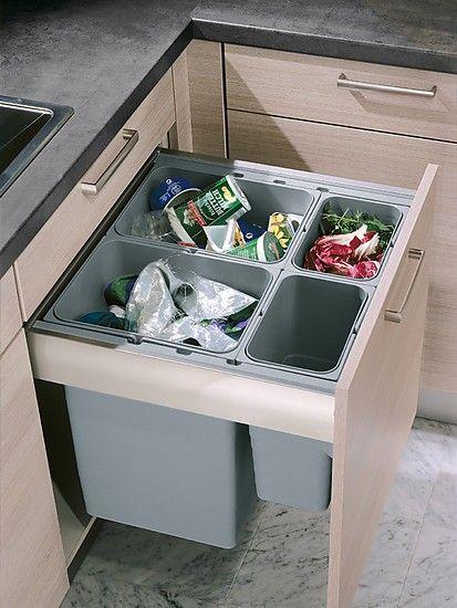Ein großer Abfallsammler integriert im Unterschrank erleichtert den Zugriff und macht die Mülltrennung einfach.