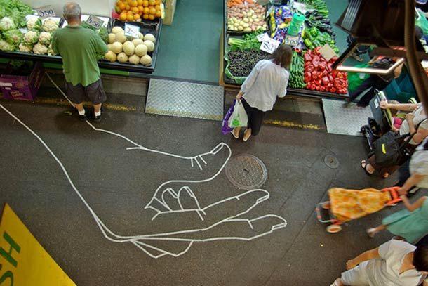 """Zoom sur le """"Tape Art"""" de l'artiste australien BUFF DISS, qui utilise du masking tape, du ruban adhésif et du papier collant pour peupler la ville de ses créations. Du street art non dégradant qui peut être enlevé à tout moment sans laisser de trace, ce qui renforce encore le caractère éphémère de son travail…"""