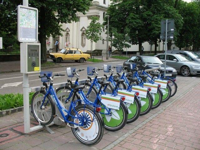 Można wypożyczyć rower miejski BikeOne. Więcej szczegółów pod adresem http://krakowforfun.com/pl/8/transfer/rower