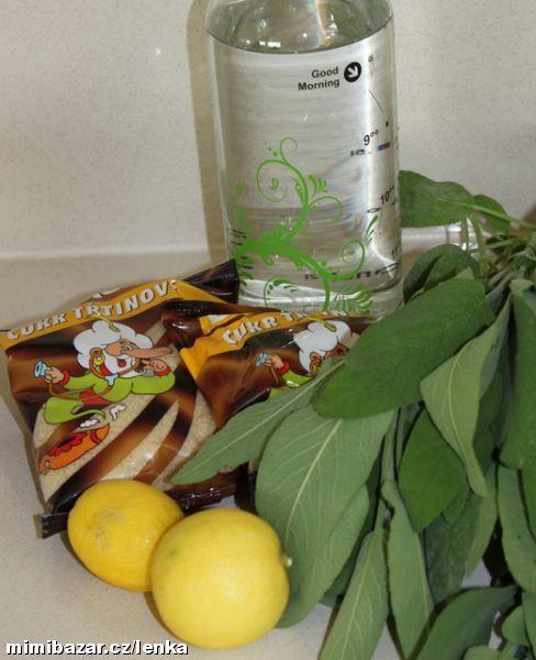 Vodu s cukrem přivedeme k varu, přidáme nasekanou šalvěj, krátce povaříme, odstavíme a přidáme plátk...