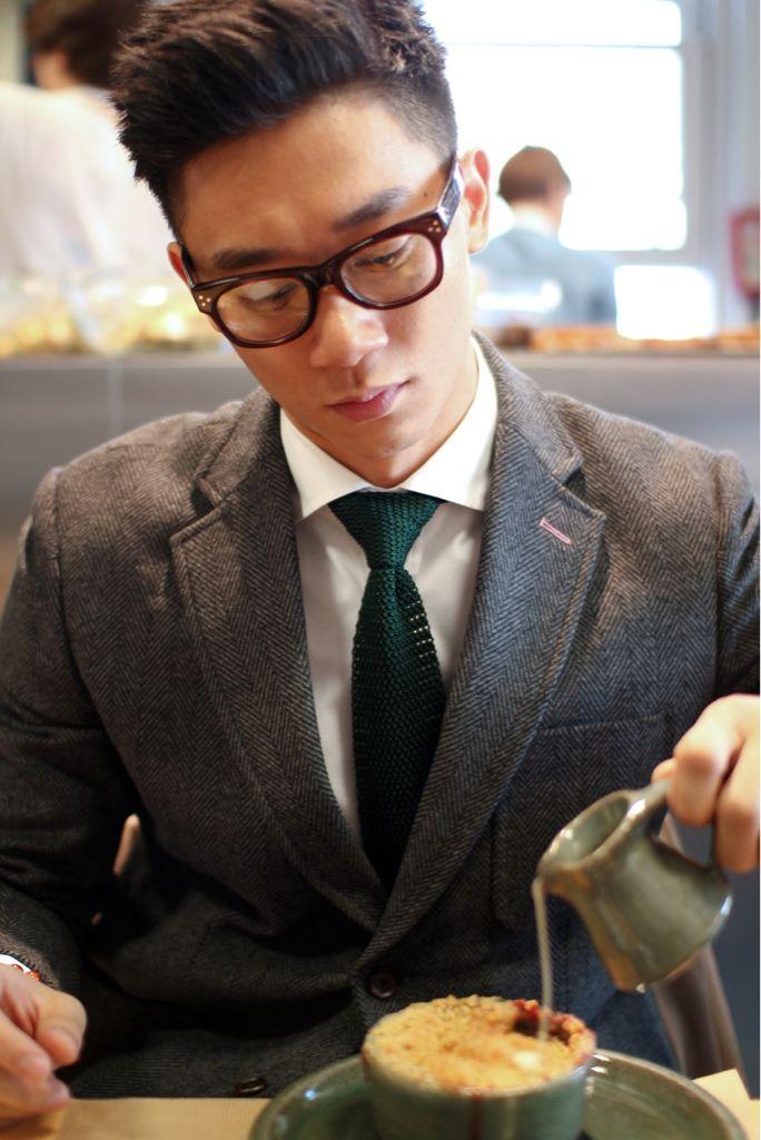 Green tie: Fashion Men, Knits Ties, Emeralds Green, Men Style, Green Knits, Good Men, Asian Guys, Green Ties, Glasses Men Fashion