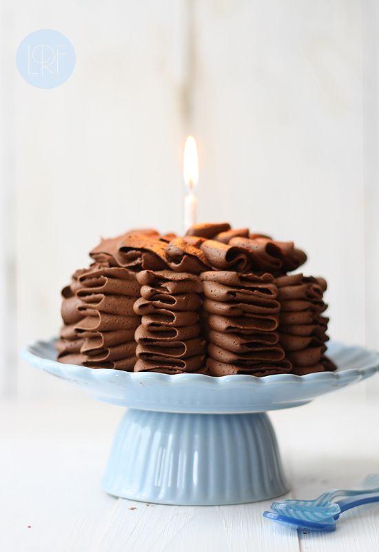 Tarta de cumpleaños de chocolate y calabacín (sin huevo y sin lácteos) de La Receta de la FelicidadPara la crema de chocolate (x2): 125 g margarina 100% vegetal 125 g de Crisco 350 g de azúcar glass 50 g de cacao puro en polvo 2-4 cucharadas de agua 1 pizca de sal (opcional)