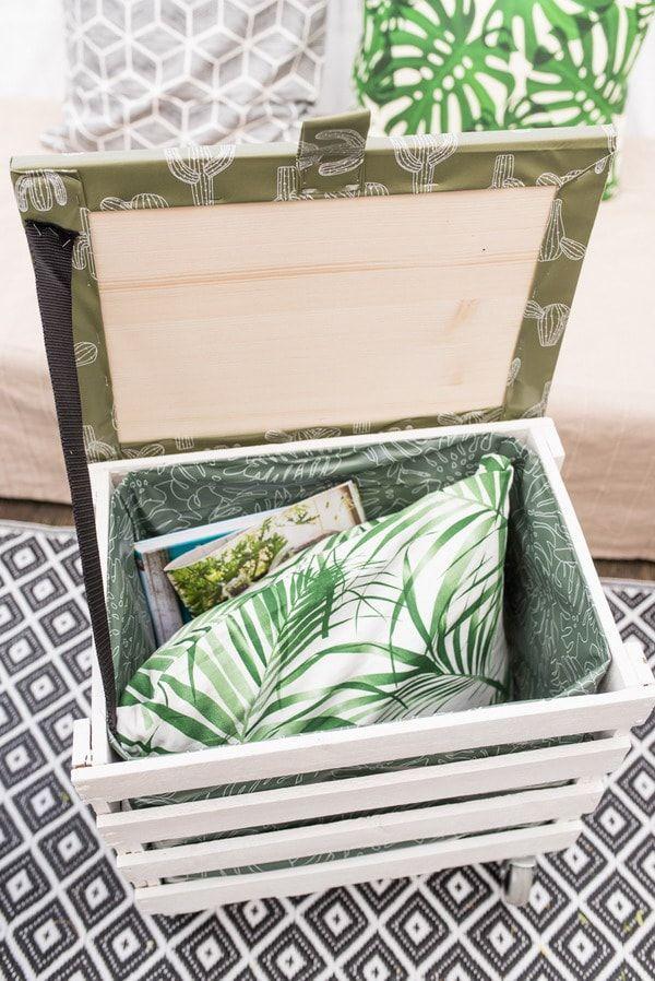 Un espacio bonito para su su almacenaje necesario. La caja de madera hace que sea un accesorio boho chic vintage.