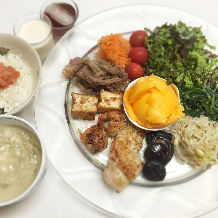 """Dr. Yumi Nishiyama's """"The Original Diet Plate"""" for beauty & health from japanese doctor‼️  Clockwise eating healthy foods from 12 o'clock on a large plate❣️  2016年5月17日の「ドクターにしやま由美式時計回り食べダイエットプレート」:女性医師が栄養バランスを考えた、美味しいプレートのご紹介。  大きめのプレートに、血糖値を急激に上げないように考えた食材を並べ、12時の位置から順番に食べるとても分かり易い方法です。  血糖値を上げないこの食べ方は、身体に優しく栄養補給ができるので健康を維持できます。オリジナルの⭐️西山酵素⭐️も最後に飲みます。  ⭐️美女のスイッチ⭐️⭐️時計周りに食べなさい⭐️の西山由美医師の本もAmazonで購入可。  http://www.momohime-medical.com  #ダイエットプレート #dietplate #にしやま由美がセミナーも開催 #食べて痩せるプレート…"""
