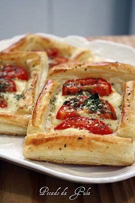 Tortinhas folhadas de muçarela e tomate                                                                                                                                                                                 Mais
