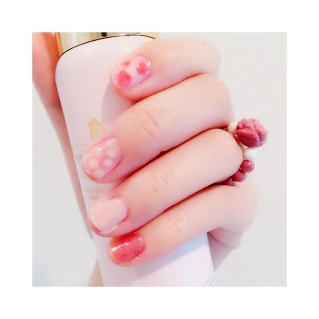 . セルフネイル💅 春らしくピンクを使って 水玉に挑戦⚪️⚪️⚪️ 不器用なので薬指はみ出した😓 . 母がパワーストーンで 指輪を作ってくれた✨✨ ローズの形でとっても可愛い🌹 恋愛運アップらしい✨ . . #セルフネイル #水玉  #ピンクネイル  #ホワイトオニキス  #シリシャスシスト  #パワーストーン