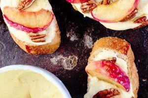 Asados melocotones y naranja batida crostini yogur griego |  El plato mediterráneo.  Una receta fácil que satisfaga el gusto por lo dulce en todos nosotros.  Sirvan estas tostadas para el desayuno o el postre!