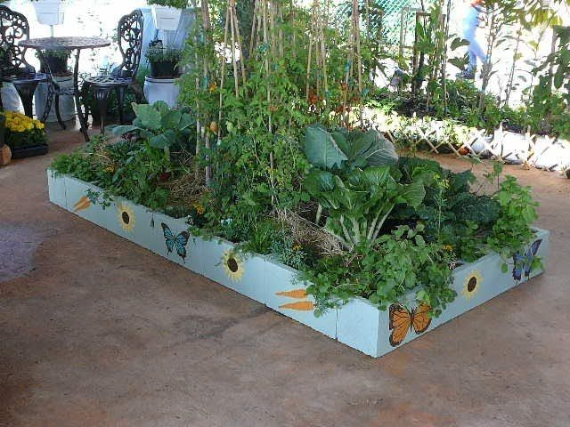 Painted cinder block raised garden we make an urban for Backyard food garden ideas