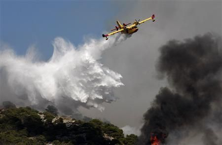 CANADIAN AIR SUPERSCOOPER CL415T - DROPPING WATER