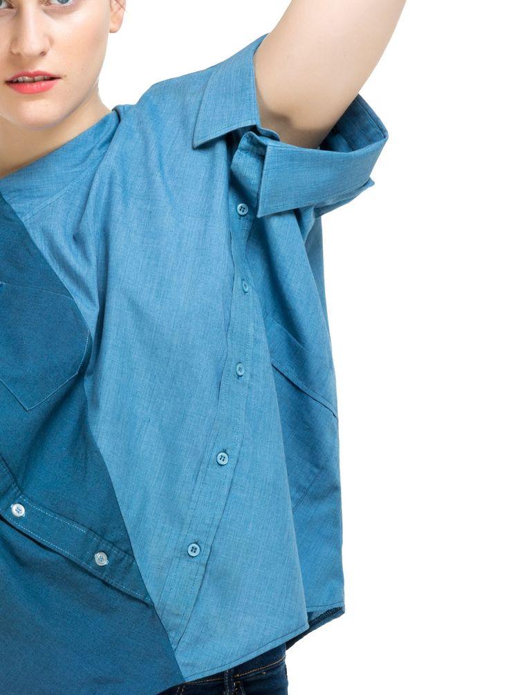 Das ist eine sehr unkonventionelle Lösung, um mit Herrenhemden umzugehn!  Die Bluse KATI besteht aus 2 ehemaligen Hemden, wobei die Halsausschnitte jetzt als Armausschnitte herhalten müssen. Funktioniert tadellos.  Die Bluse KATI wird meistens gefärbt, wir mögen Blau- und Rottöne.