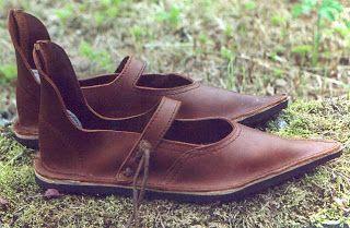 El calzado era de piel, y reforzaban la suela con cuero cosido. En ocasiones, los caballeros remachaban sus botas de montar con clavos, para tener mayor adherencia en el suelo durante las luchas. Los campesinos utilizaban sandalias trejidas con fibras naturales