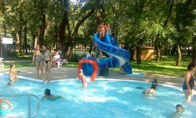 This lido in Hódmezővásárhely, Hungary is now a paradise for children who like to play in the water and for families who want to relax. We installed many water play items here, so if you are nearby we recommend a visit. #hungary #waterplay #waterplays