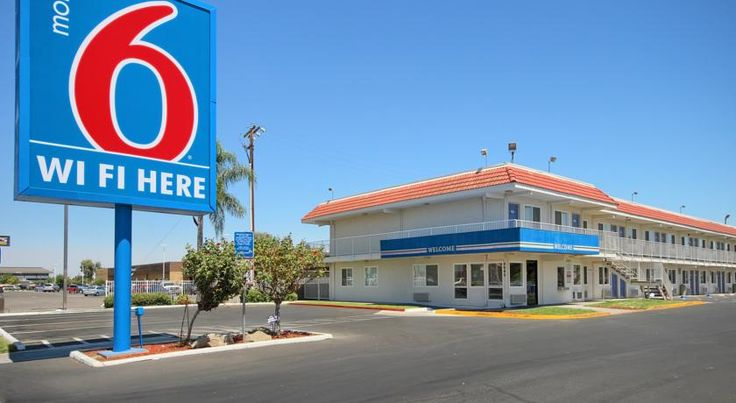 Motel 6 Fresno - Blackstone South Fresno Close to a number of popular Fresno, California attractions, including the Fresno Zoo, this motel offers pet-friendly guestrooms furnished with wireless internet access and expanded cable TV channels.