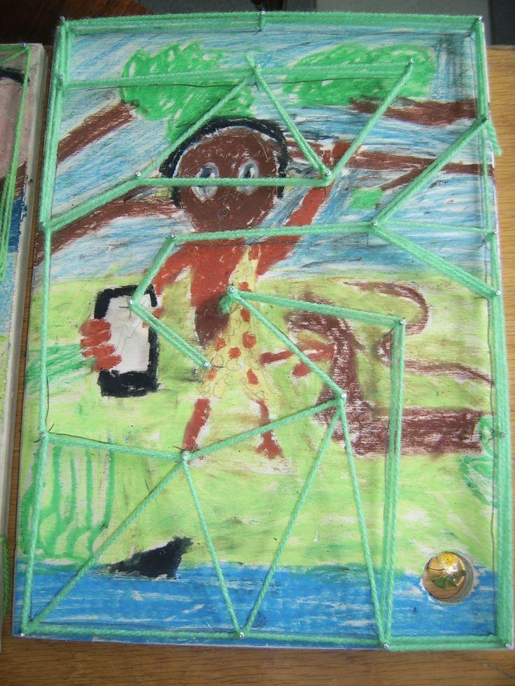 Maak een tekening met wasco op een houten plank. Daarna maak je een knikkerroute met spijkers en wol. Ieder kind kan dit op eigen niveau bedenken.