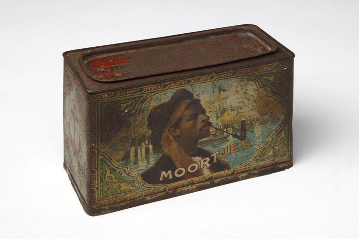 """Rechthoekige trommel met afbeeldingen van oosterse Tempels en een Moor met pijp en sigaar voor sigaren merk """"Moortjes"""""""