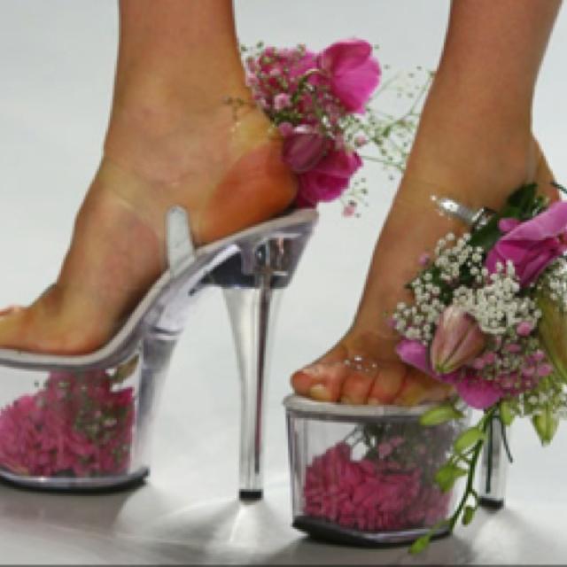 Shoes as flower vases on the runway. Gross.  http://www.millionlooks.com/fashion-shoes/platform-shoes-as-flower-vases/: Wedding Shoes, Crazy Shoes, Flowers Shoes, Woman Shoes, Art Sho, Bridesmaid Shoes, Platform Shoes, High Heels, Flowers Vase