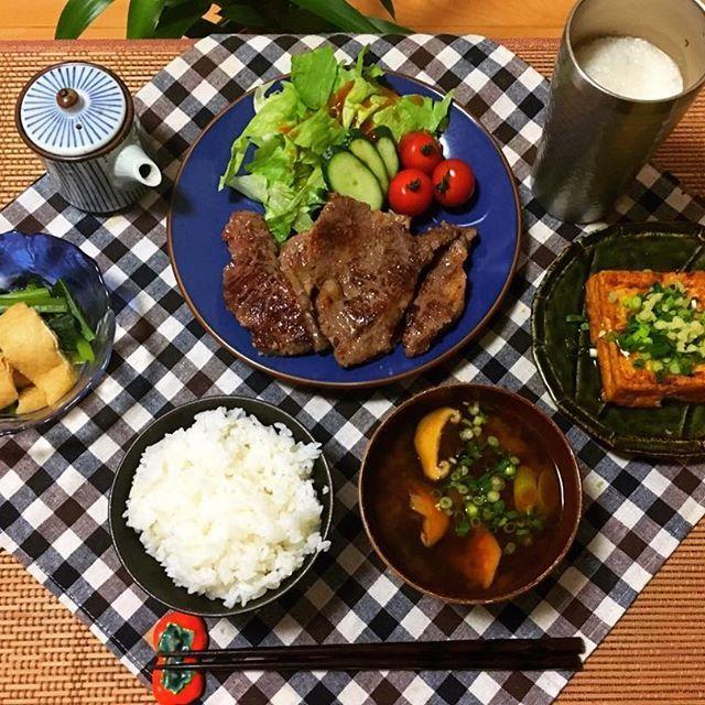 ・ 昨日のおひとりさまごはん。 入替で真夜中になるって言うてたから 奮発して牛肉買ってきたー🐄🐄 最近ちょいとサボり気味。 今日も誘惑に負けてきっと作りません。笑 ・ #おうちごはん#肉#国産ってだけで贅沢#お味噌汁#小松菜と揚げの煮浸し#厚揚げ#白米#cooking#dinner#クッキングラム#手抜き#1回リフレッシュしたい