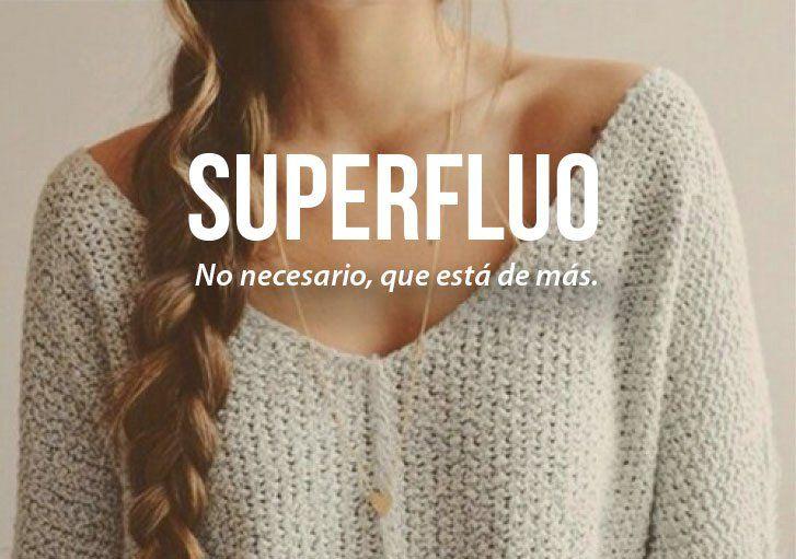 imagen de una chica con la definición de la palabra superfluo