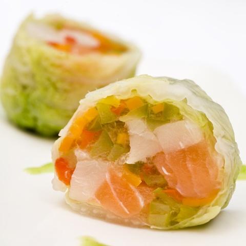 Involtini di cavolo cinese con julienne di verdure con ripieno di salmone e pesce spada