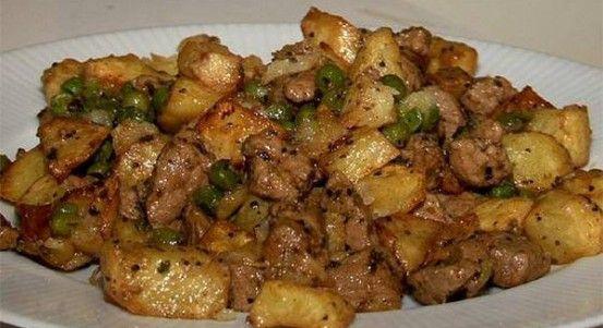 Lahodné mäsko, ktorému neodoláte0,5 kg bravčové stehno 1 kg zemiakov, 6 strúčikov cesnaku 1 lyžička majoránka 1 lyžička papriky 1 lyžička mletého čierneho korenia 1 cibuľa 1 hrsť hrachu olej soľ