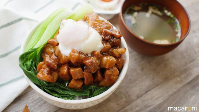 「コロコロ角煮丼」のレシピと作り方を動画でご紹介します。豚バラ肉を甘辛く煮込んだ丼ぶりです。小さく切るからいつもの角煮より早く作れるスピードレシピ!とても柔らかく、コロコロひとくちサイズが食べやすい!温玉と絡めるのがおすすめっ♪ ■材料(2人分/25分) ・豚バラブロック:300...
