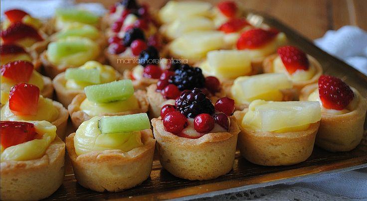 Le tartellette alla frutta sono dei golosi bocconcini di pasta frolla farciti con crema pasticcera e frutta fresca. Realizzarli è davvero molto semplice.