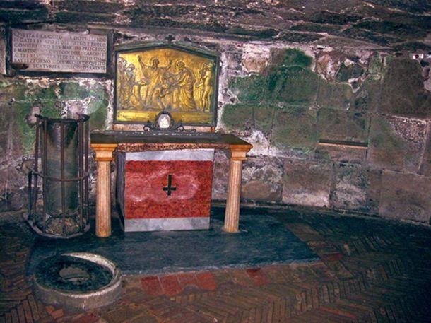 Mamertiinien vankila, Huonetta, jossa Pietaria pidettiin vankina, koristaa nyt alttari.  Historian kaupunkiopas: Neron Rooma | Historianet.fi