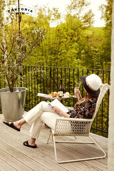 Relaks z kieliszkiem prosecco. #faktoriawin  #wino #girl #wine #goodtime #garden #ogrod #lato #relaks #dobraksiazka #ksiazka #taras #dorelaksu