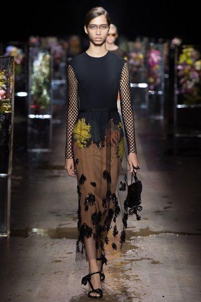 Guarda la sfilata di moda Dries Van Noten a Parigi e scopri la collezione di abiti e accessori per la stagione Collezioni Primavera Estate 2017.