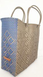 Hippe shopper L goud blauw. Deze handgemaakte ibiza stijl bohemian chique hippe shopper - tas is uniek en een lust voor het oog.  De hippe shopper - tas is van gerecycled kunststof en daarom water resistent, licht gewicht, kleurvast, hip en duurzaam.