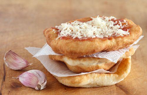 Învaţă cum să faci aceste delicioase gogoşi umplute cu brânză, cunoscute sub numele de langoşi. Le poţi umple şi cu gem de căpşuni, cremă de ciocolată, fructe, sau brânză dulce şi stafide. Vezi cum se fac langoşile.
