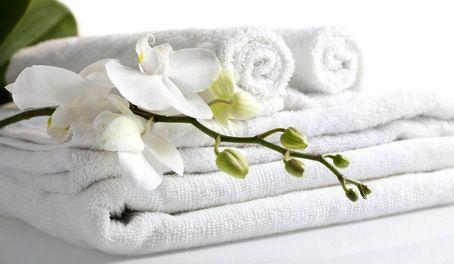 Assouplissant à l'huile essentielle - Que diriez-vous de connaître une astuce économique et naturelle pour faire soi-même son assouplissant maison ? Avec cette recette d'assouplissant de grand-mère, oubliez les produits chimiques industriels ! Le but est de respecter votre peau en utilisant des produits sains. Le vinaigre blanc va adoucir et éliminer le calcaire de votre lave-linge. L'huile essentielle de Tea tree (arbre à thé) est quant à elle, anti-bactérienne et désinfectante.