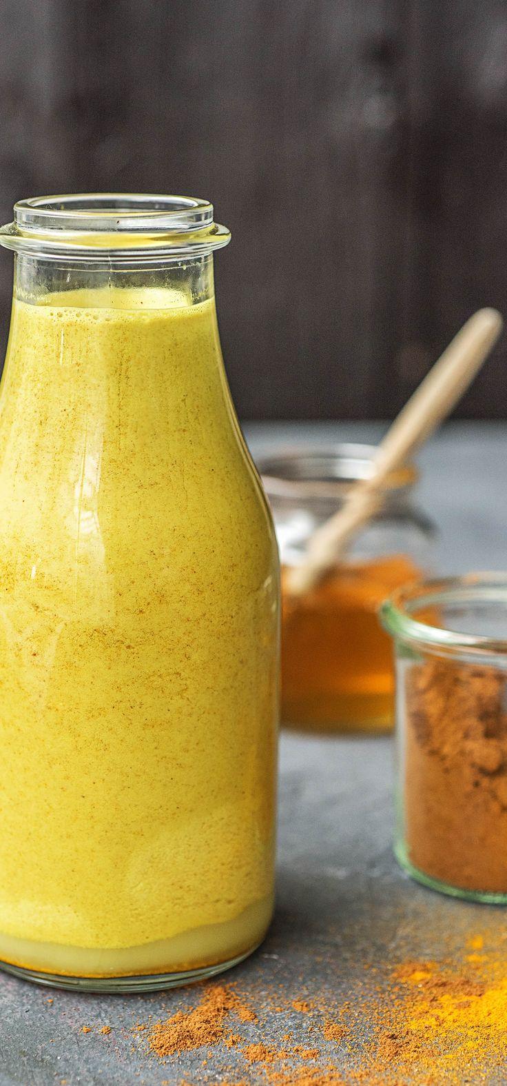 So machst das Trendgetränk von Starbucks Golden Milk / Goldene Milch / Kurkuma Latte selbst!  Das Rezept ist ganz einfach und schnell und natürlich super lecker!   Zutaten 1 EL (15 ml) Honig, nach Geschmack auch mehr 1 TL Kurkuma 1/4 TL Ingwer 1/4 TL Kardamom 1/4 TL Zimt 2 EL (30 ml) kochendes Wasser 2 Tassen (475 ml) Kokosmilch  DIY / Nachkochen / Selbstgemacht / Trendgetränk / Kurkuma / Gewürze / Food Trends