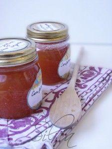 CONFETTURA DI PERE SPEZIATE: 1 kg. di pere mature - 300 gr. zucchero di canna - buccia di limone - 4 chiodi di garofano - 1/2 cucchiaino di zenzero grattugiato - 1 stecca di cannella - 1 anice stellato. Questa marmellata è buona anche mescolata a una marmellata di fichi