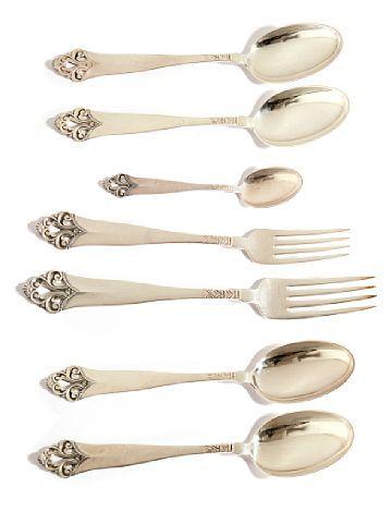 BESTIKK  Sølv. Thv. Marthinsen. 12 skjeer 17,5 cm 6 gafler 18 cm 12 gafler 19,5 cm 6 teskjeer 11,5 cm