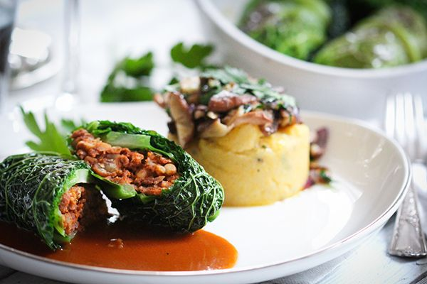 Wirsingrouladen mit Maronenfüllung und Rosmarin-Shiitake-Polenta ist ein großartiges Gericht, um gerade auch Mischköstler vom Geschmack, der Raffinesse und Reichhaltigkeit der veganen Küche zu überzeugen. Außerdem lässt es sich sehr gut vorbereiten und eignet sich somit bestens für Einladungen. Die Wirsingrouladen sowie die Polenta können schon Stunden vor dem Essen oder am Vortag zubereitet werden, denn sie schmecken auch warm gemacht hervorragend. Darüber hinaus gehört meine legendäre…