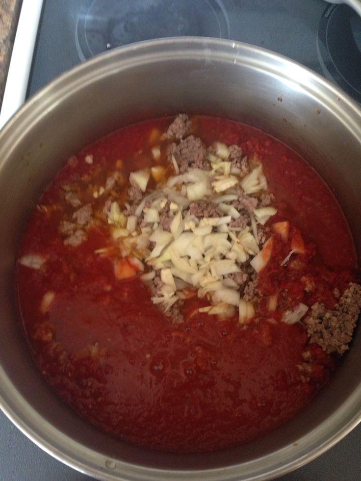 Przepis Danusi.Sos do Lazanii.Usmażyć mieso mielone, Dodac pokrojona cebule, Zalac sokiem pomidorowym Doprawić Vegeta Gotowac na wolnym ogniu aż mieso bedzie miękkie. Smacznego.