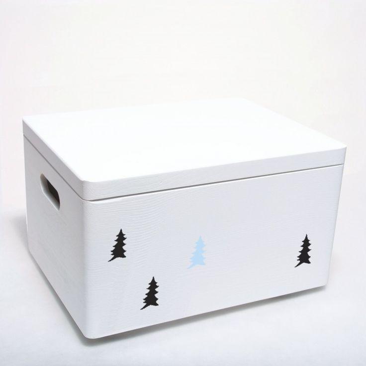 Skrzynia drewniana zamykana pomalowana na biało i ozdobiona motywem forest. Może także posiadać kółka. Pokój dziecka w stylu skandynawskim. Pojemnik na zabawki.