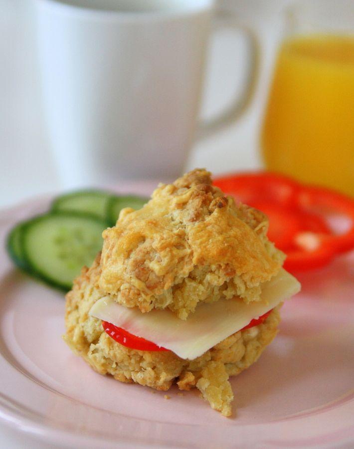 Det är dessa goda, samma grund som sconesreceptet egentligen, bara att man gör dem i formar. Till 12 ost muffins behöver du : 12 muffinsformar 8 dl vetemjöl 1 msk bakpulver 1 tsk salt 3 dl valfri ost 150 gram tärnat smör 3 dl standardmjölk Gör så här : Ställ … Läs mer
