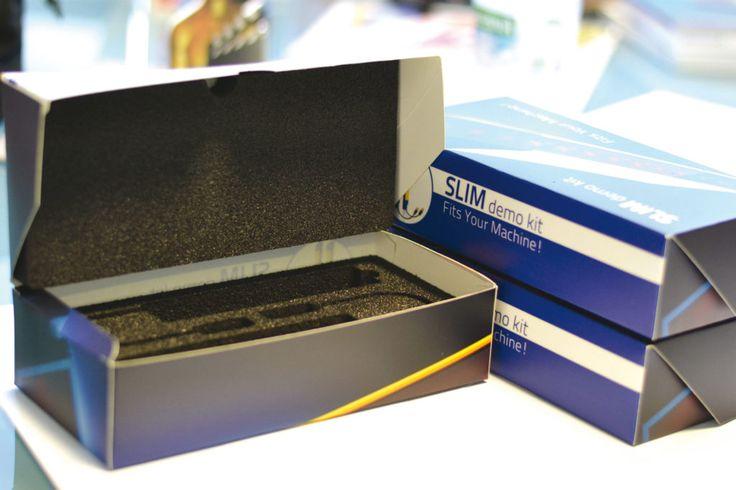 Scatola contenitore Stampa su cartone, plastificazione, fustellatura in digitale, con inserimento di gomma espansa sagomata per accogliere prodotti; lavorazione differenziata a fresa su più livelli, con taglio anche non passante.