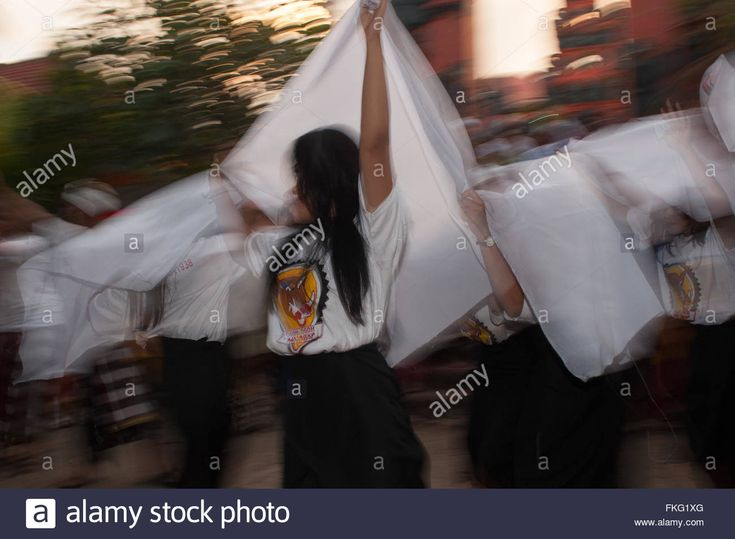 Download this stock image: Makassar, Indonesia. 8th March, 2016. Indonesian Hindu girls perform ethnic dance during a religious procession on the eve of Nyepi Day of Silence. Yermia Riezky/Alamy Live News. - FKG1XG from Alamy's library of millions of high resolution stock photos, illustrations and vectors.
