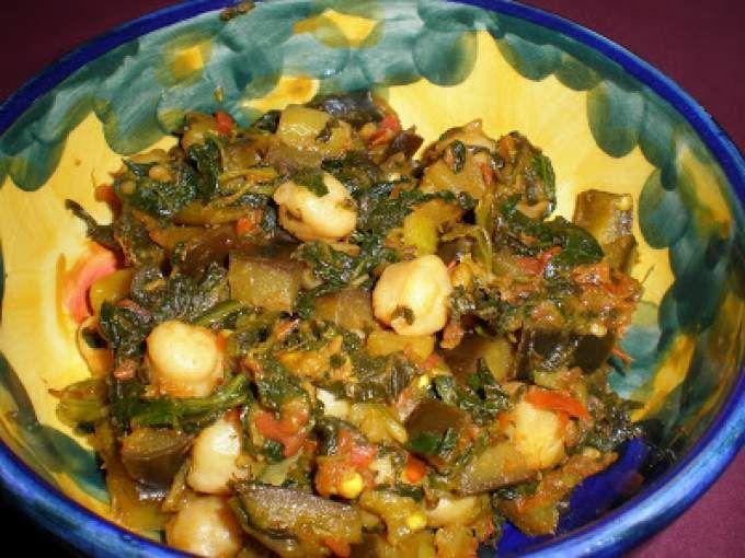 Palak baigan aur channa. Este plato indio me ha venido genial para utilizar restos que están en la nevera y congelador que gritan cada vez que los abro pidiendo ser usados. Si eres vegana, vegetariana y te gusta la comida india, este es tu plato. La -...